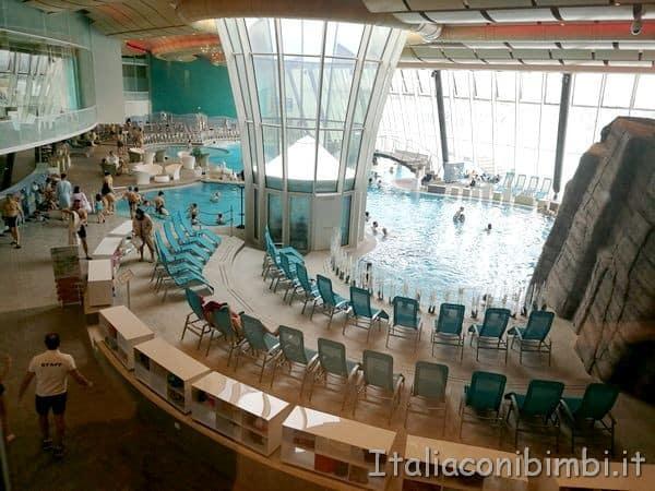 Aquardens piscina centrale e lettini dall'ingresso