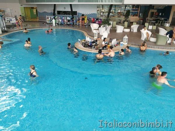 Aquardens-terme-di-Verona-piscina-con-il-bar-in-acqu