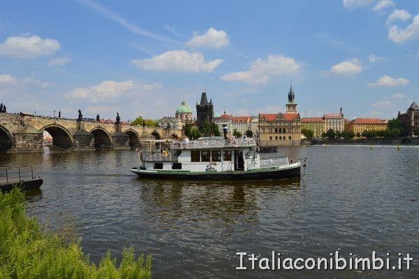 battello sul fiume Moldava a Praga