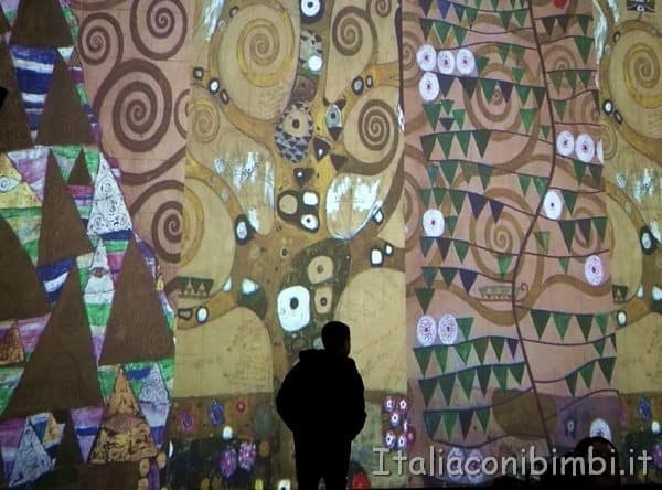 parete della sala grande Klimt Experience Roma