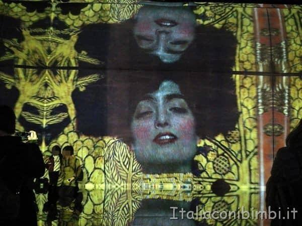 quadri negli specchi alla mostra Klimt Experience di Roma