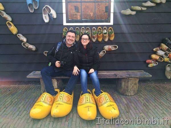 foto con gli zoccoli giganti Zaanse Schans