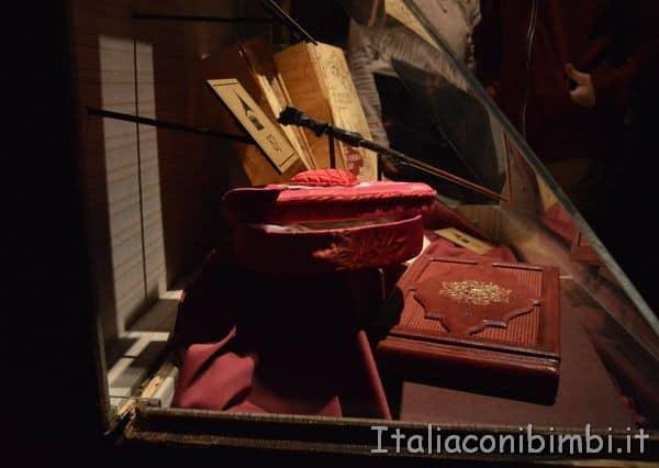 oggetti del film alla mostra su Harry Potter alla Fabbrica del Vapore