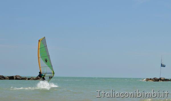 windsurf sulla spiaggia di Cupra Marittima