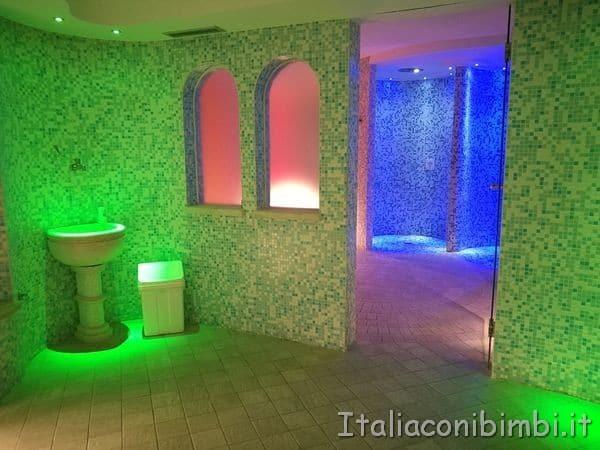bagno turco e docce tropicali nella spa delle terme di Sarnano