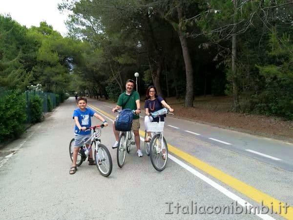 in bicicletta sulla ciclabile di Lignano
