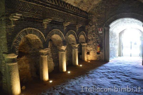 https://www.italiaconibimbi.it/wp-content/uploads/2018/07/interno-delle-Grotte-Tufacee-di-Santarcangelo-di-Romagna.jpg
