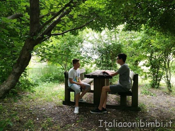 Giardino-delle-farfalle-di-Cessapalombo-tavolo-picnic