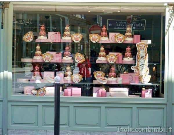 La vetrina piena di Macarons a Laduree