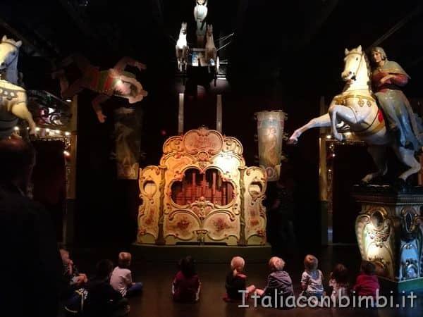 organo antico al museo delle giostre di Parigi