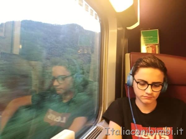 mio figlio sul treno TGV per Parigi