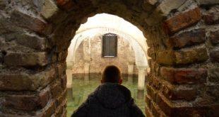 bambino nella cripta della Chiesa di San Francesco di Ravenna
