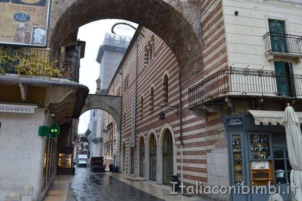 costola della balena sotto l'arco di Piazza delle Erbe a Verona