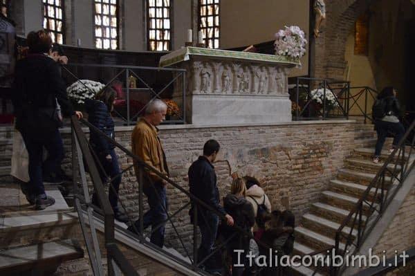scalette per scendere alla cripta della Chiesa di San Francesco di Ravenna