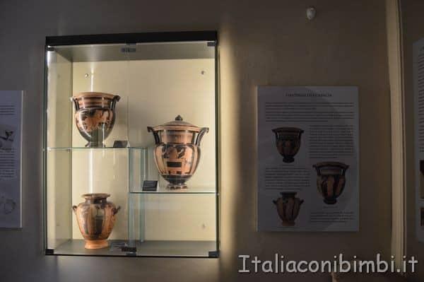 teca con i vasi al Museo archeologico di Arezzo