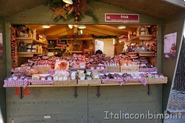 Casetta dei mercatini di Merano con lo speck