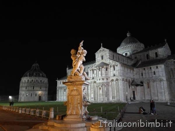Piazza-dei-Miracoli-di-notte