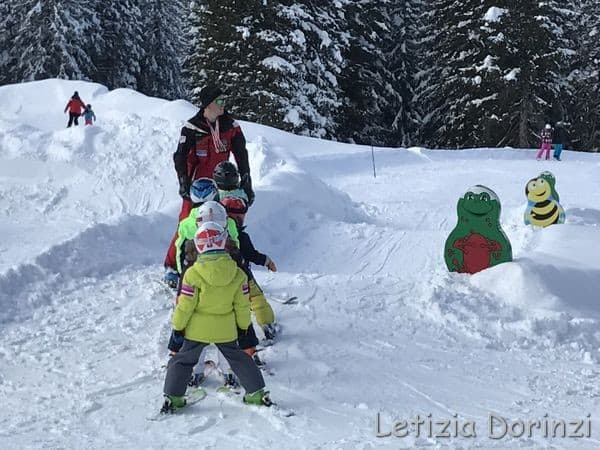 bambini a lezione di sci