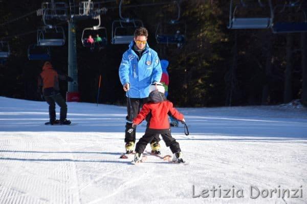 bimbo con il maestro di sci