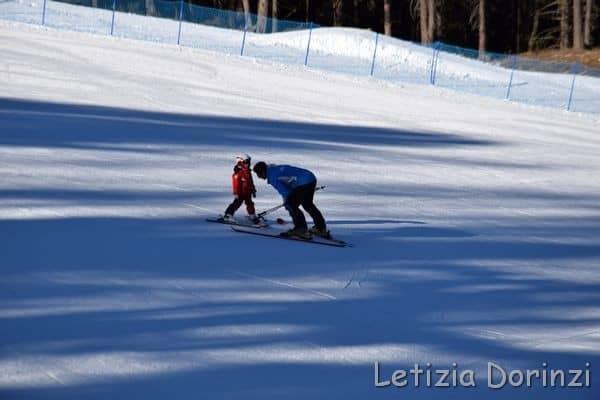 maestro di sci con bambino