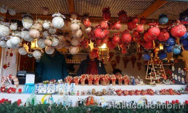 palle di Natale di cartapesta al mercatino di Natale di Bolzano