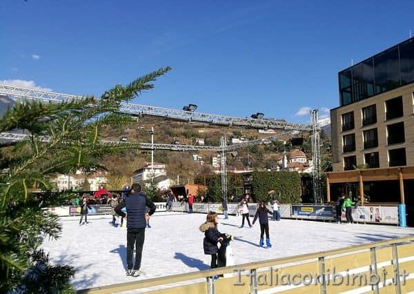 pista di pattinaggio ai mercatini di Natale di Merano