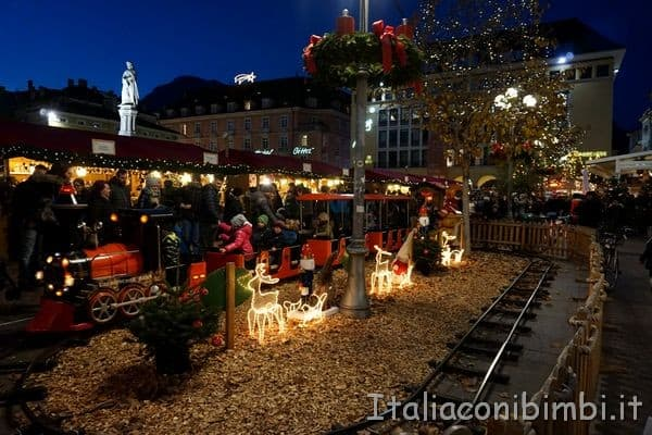trenino bimbi mercatino Natale di Bolzano