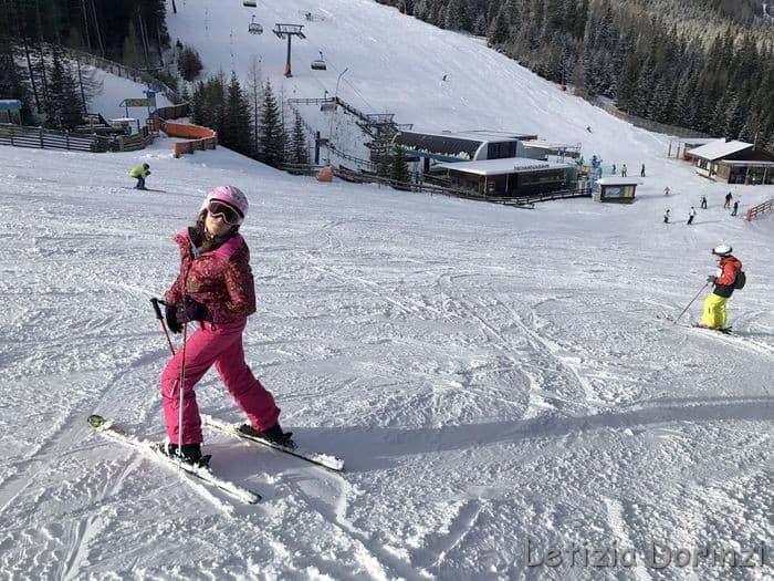bambina sugli sci