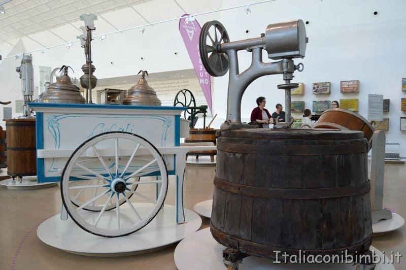 carretti e macchinari al Museo del gelato.