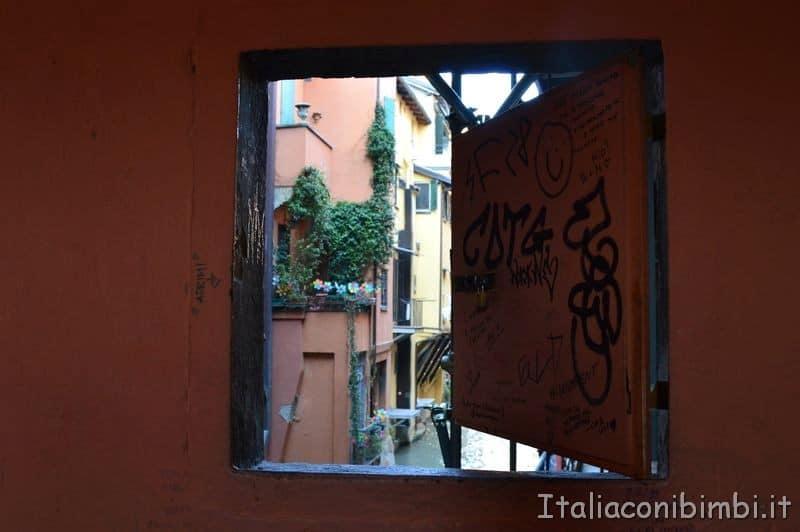 finestrella di Via Piella a Bologna