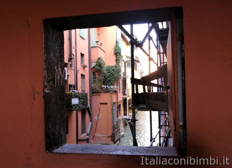 finestrella-sul-Canale-delle-Moline-di-Bologna