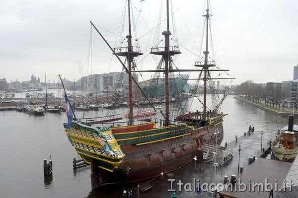 veliero replica della nave Amsterdam naufragata nel 1749