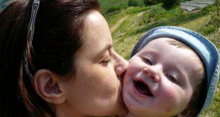 bacio di mamma al figlio