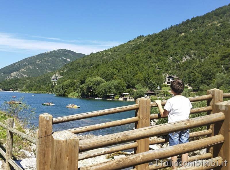 Lago di Scanno bimbo sul ponte