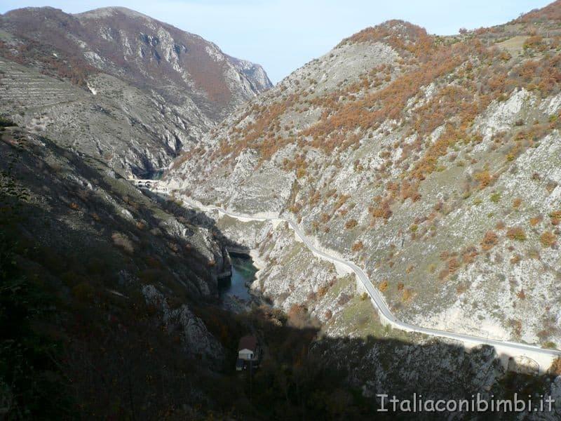 La valle del Sagittario con la strada per Scanno