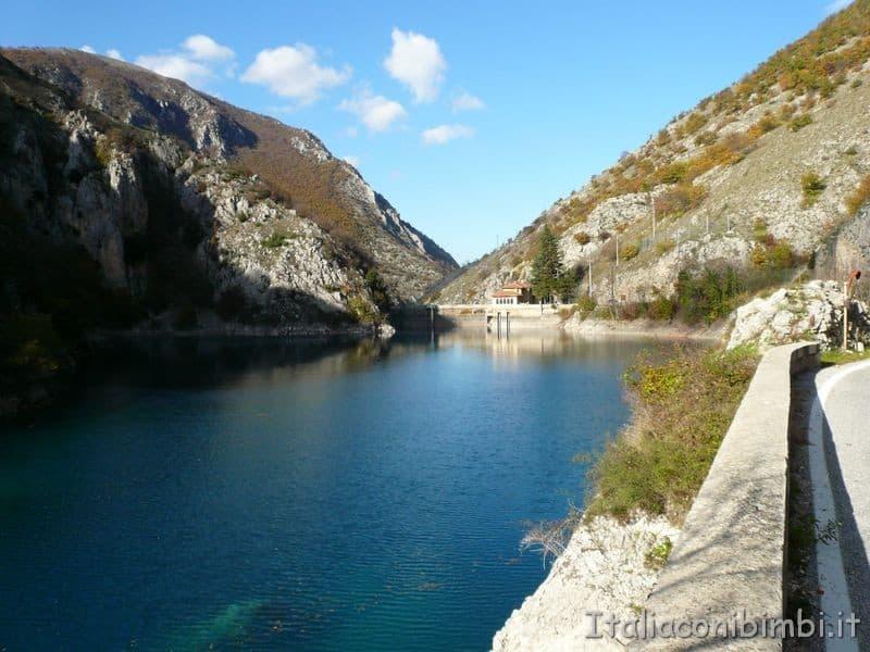 Lago di San Domenico a Villalago con l'eremo sullo sfondo