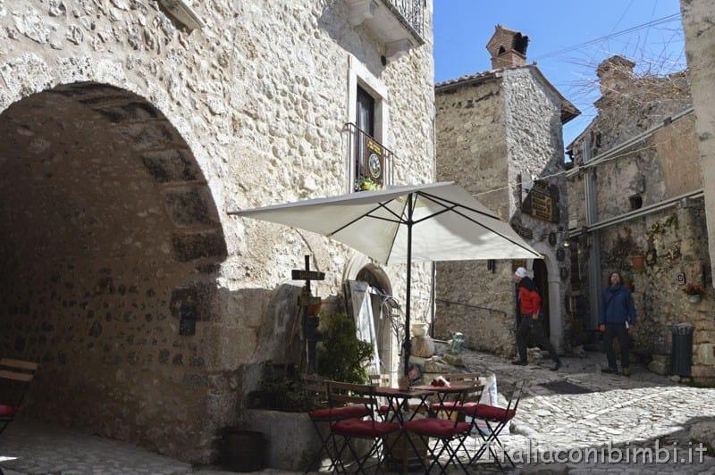 Santo Stefano di Sessanio - piazzetta con il bar