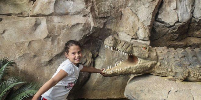 Sardegna in miniatura - bambina con dinosauro