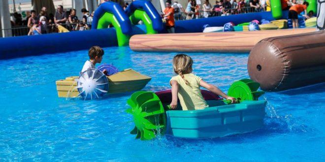 barchette a pedali nella piscina