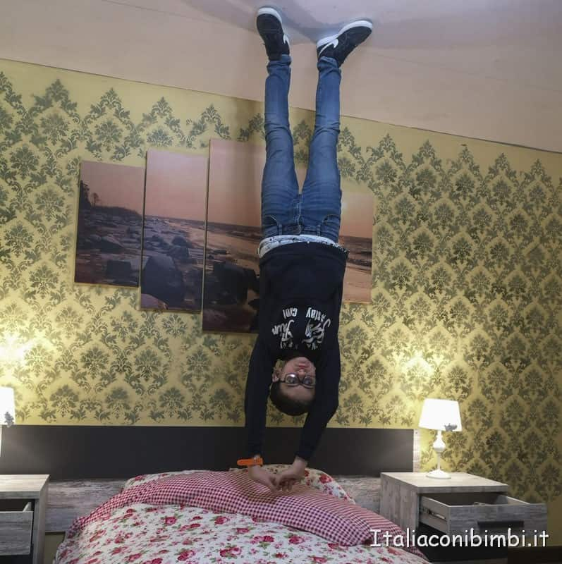 Big-Fun-nella-casa-rovesciata-in-camera-da-letto