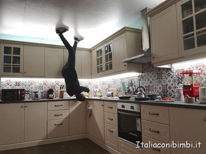 Big Fun a Barcellona - nella casa rovesciata in cucina a testa in giù.