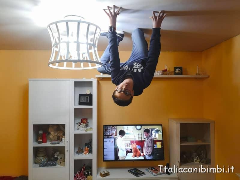 nel salotto della casa rovesciata del Big Fun come Spiderman