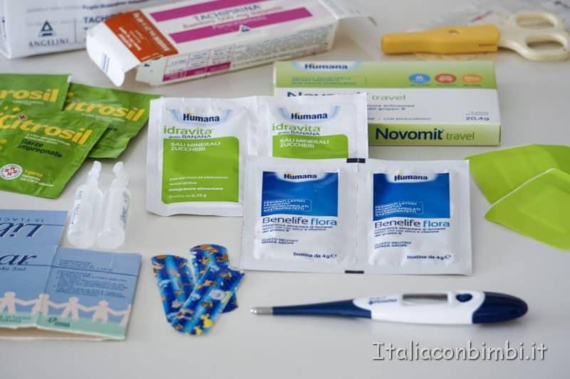 Valigia-con-bambini-kit-farmaci-da-viaggio