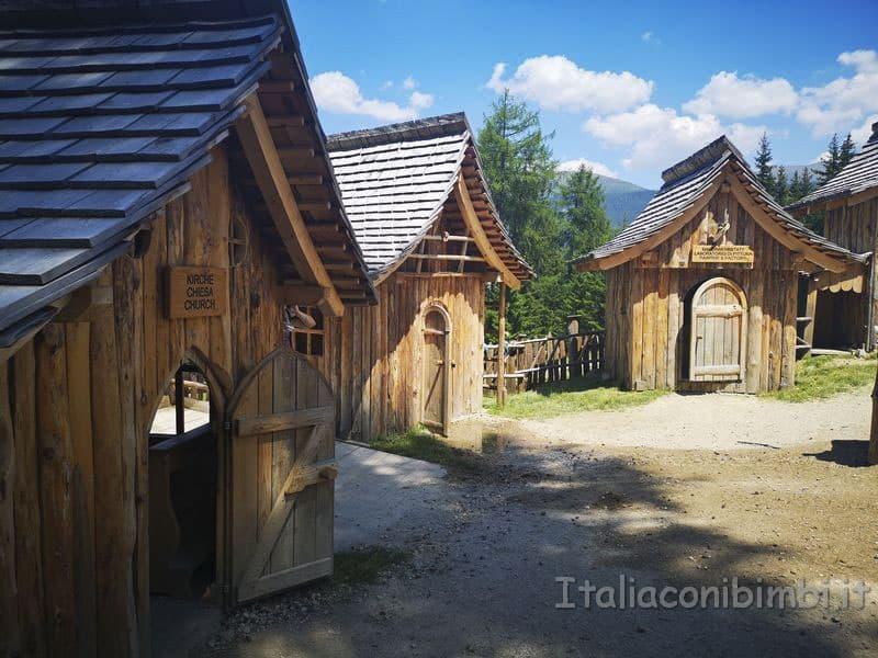 Villaggio-degli-gnomi-Val-Pusteria-casette