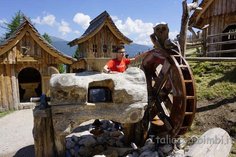 giocando con il mulino ad acqua del villaggio degli gnomi
