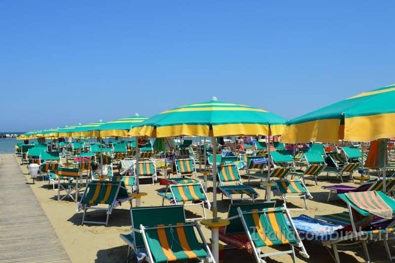 spiaggia di Gatteo Mare - fila di ombrelloni