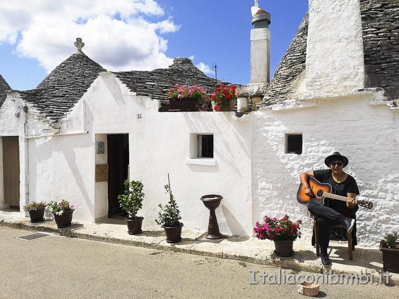 Alberobello - cantante di strada