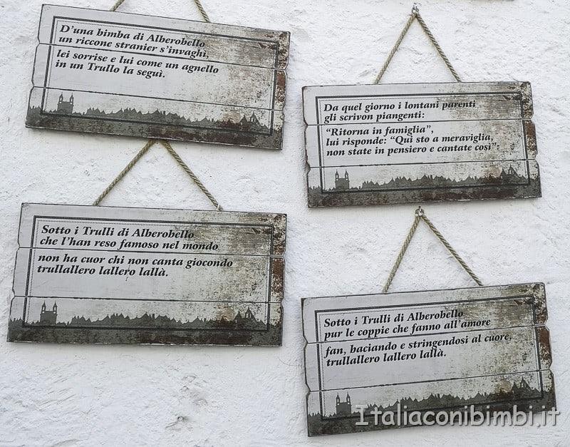 Alberobello - cartelli sui trulli
