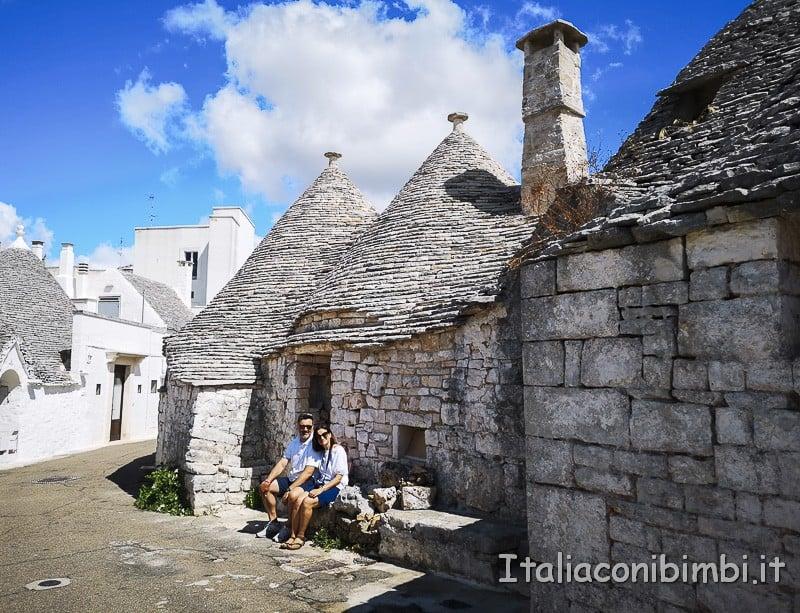 Alberobello - noi seduti sul trullo
