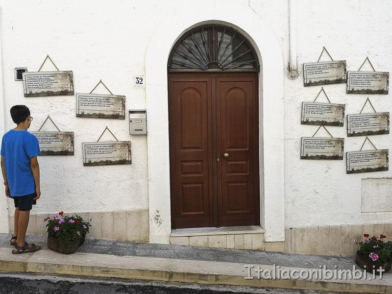 Alberobello - porta di un trullo